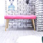 Ławka tapicerowana w cukierkowym różu