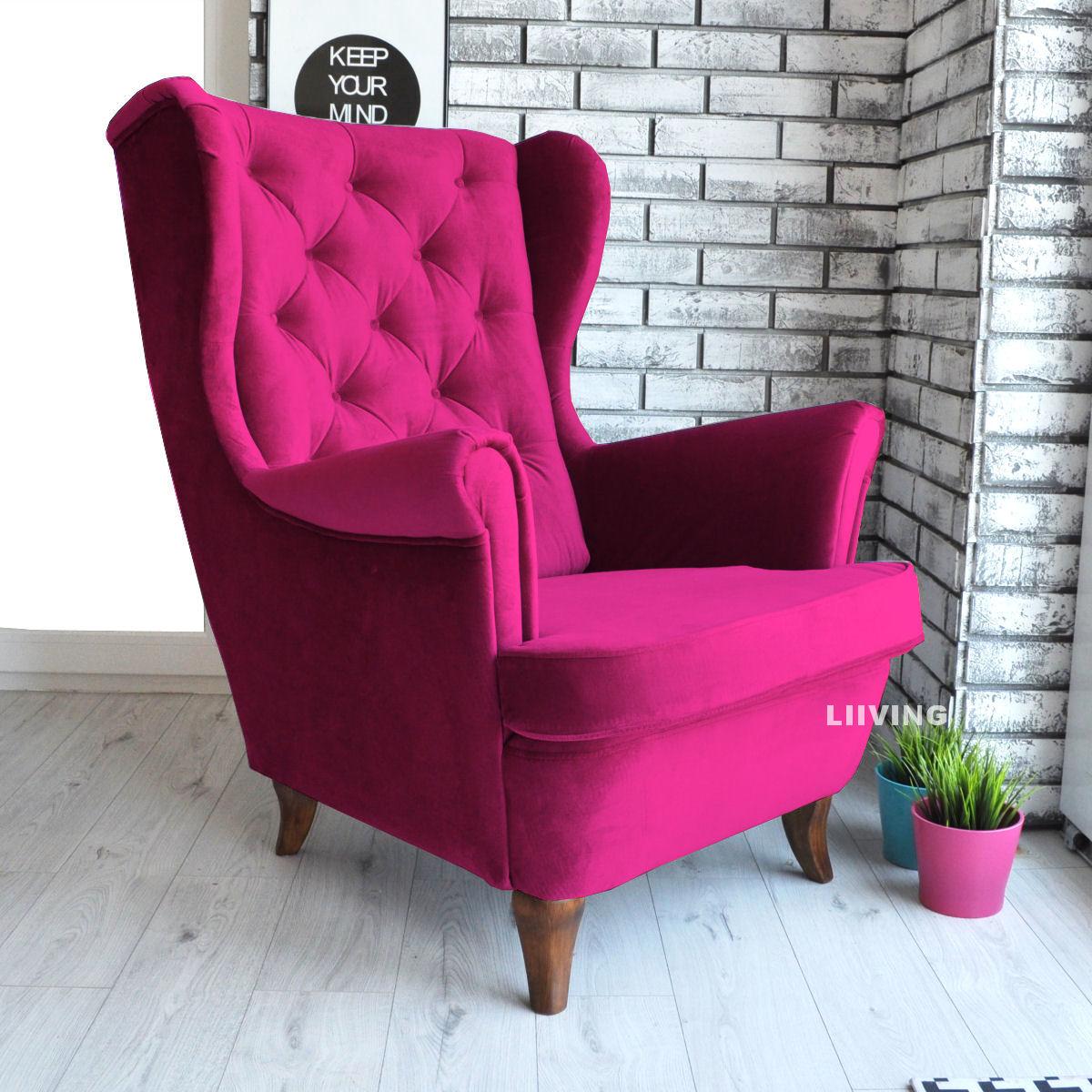 fotel w amarantowym kolorze