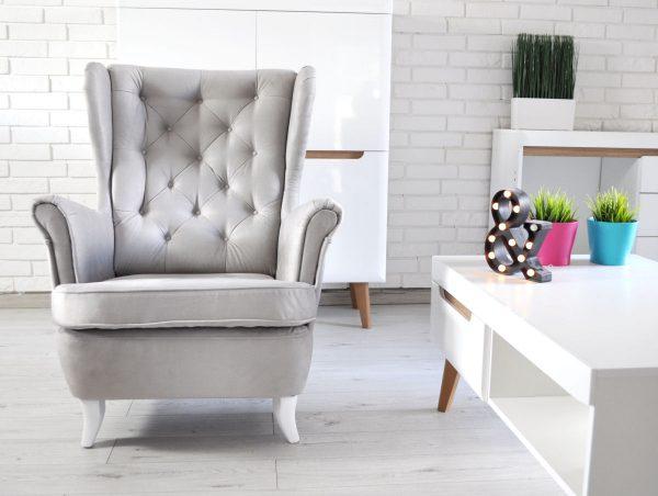 fotel w jasnos zarej tkaninie